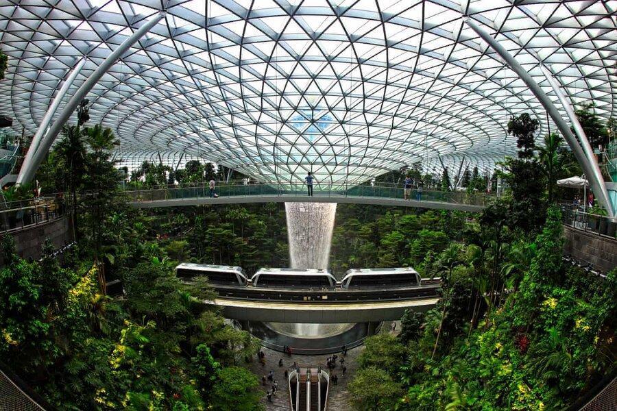 عکس روز، قطار هوایی در کنار آبشار