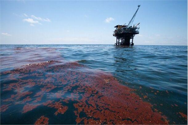 خبرنگاران آلودگی محدوده سکوهای نفتی خلیج فارس پاک سازی شد