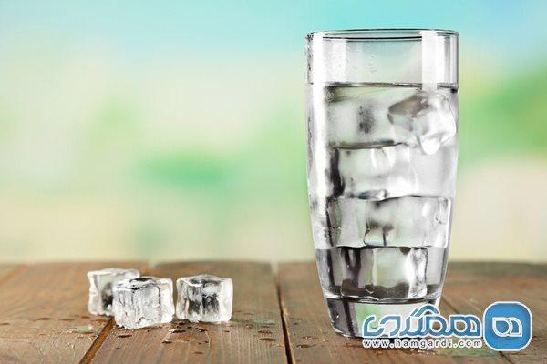 مضرات نوشیدن آب یخ در وعده افطاری